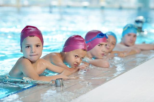 363cbcb6d33e Bambini in piscina, istruzioni per l'uso rivolte ai genitori ...